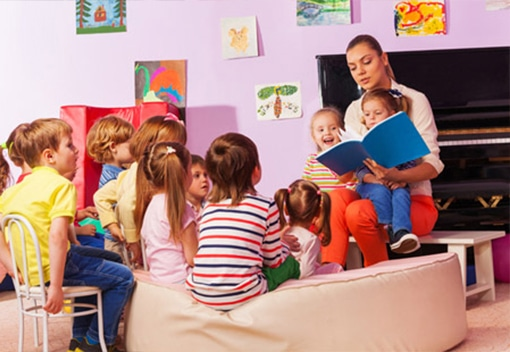 Kindergarten_Class_Learn_from_Teacher_Reading